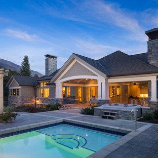 Diseño de fachada gris, de estilo americano, grande, de dos plantas, con revestimientos combinados