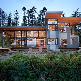 シアトルのモダンスタイルのおしゃれな家の外観 (メタルサイディング) の写真