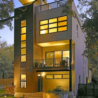 Immagine della facciata di una casa moderna con rivestimento in legno