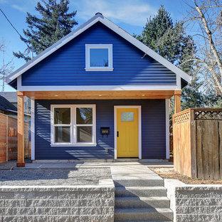 Esempio della facciata di una casa unifamiliare piccola blu classica a un piano con rivestimento in legno, tetto a capanna e copertura a scandole