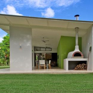 Idee per la facciata di una casa grande bianca contemporanea a un piano con rivestimento in cemento e tetto a una falda
