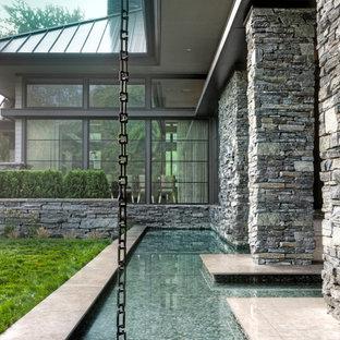 Großes, Zweistöckiges, Graues Modernes Einfamilienhaus mit Steinfassade, Satteldach und Blechdach in Detroit