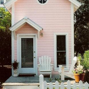 Esempio della facciata di una casa rosa stile marinaro