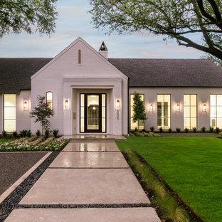 Exempel på ett stort klassiskt vitt hus, med allt i ett plan, tegel, sadeltak och tak i shingel