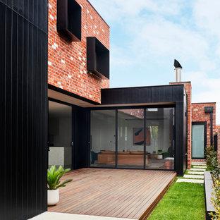 中くらいのモダンスタイルのおしゃれな家の外観 (コンクリート繊維板サイディング、黒い外壁) の写真