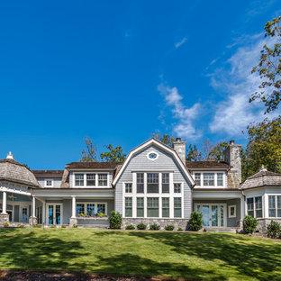 Идея дизайна: синий, двухэтажный, деревянный частный загородный дом в морском стиле с мансардной крышей и крышей из гибкой черепицы
