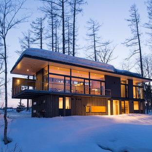 札幌のラスティックスタイルのおしゃれな二階建ての家 (混合材サイディング、グレーの外壁、陸屋根、戸建) の写真