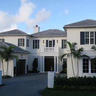 Modelo de fachada de casa blanca, costera, grande, de dos plantas, con revestimiento de estuco, tejado a cuatro aguas y tejado de teja de madera