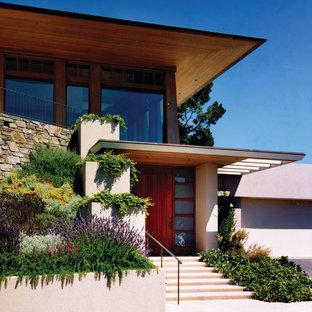 Idee per la facciata di una casa moderna a due piani con rivestimento in stucco
