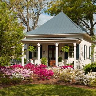 Идея дизайна: маленький, одноэтажный дом в классическом стиле