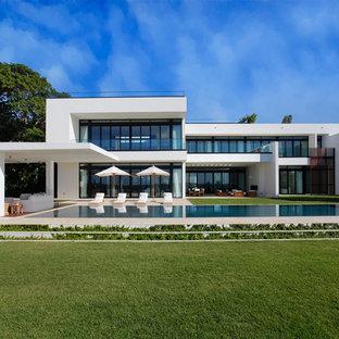 Immagine della facciata di una casa unifamiliare grande bianca moderna a due piani con tetto piano