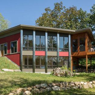 Foto de fachada de casa roja, contemporánea, pequeña, de dos plantas, con revestimiento de aglomerado de cemento y tejado plano