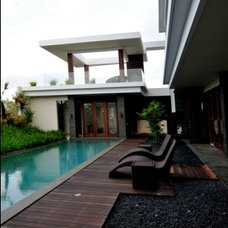 Modern Exterior by Populaire Builders & Architects