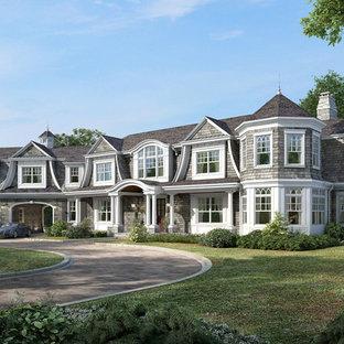 Неиссякаемый источник вдохновения для домашнего уюта: большой, двухэтажный, деревянный, серый дом в морском стиле с вальмовой крышей