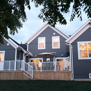 Ejemplo de fachada de casa azul, costera, de tamaño medio, de dos plantas, con revestimiento de aglomerado de cemento, tejado a dos aguas y tejado de teja de barro