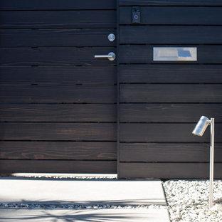 Cette image montre une façade en bois blanche minimaliste de taille moyenne et à un étage avec un toit plat.