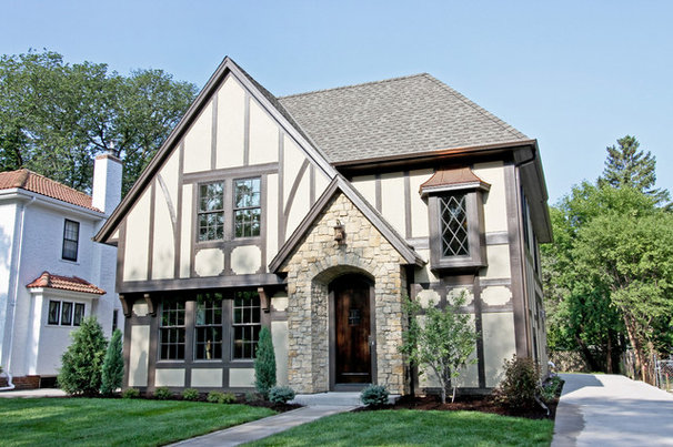 Traditional Exterior by REFINED LLC
