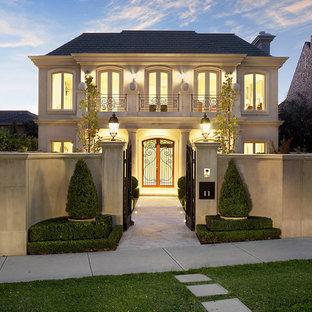 Идея дизайна: двухэтажный, бежевый многоквартирный дом в современном стиле