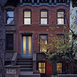 ニューヨークのトランジショナルスタイルのおしゃれな家の外観 (レンガサイディング、タウンハウス) の写真