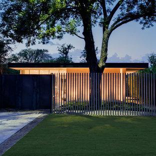 На фото: одноэтажный дом в стиле модернизм с