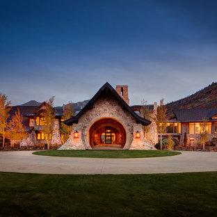 Exemple d'une façade de maison beige montagne à un étage avec un toit à deux pans et un toit mixte.