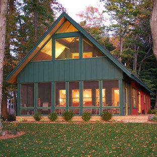 グランドラピッズの中くらいのラスティックスタイルのおしゃれな家の外観 (緑の外壁) の写真