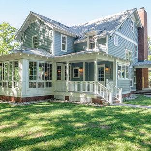 Стильный дизайн: трехэтажный, синий частный загородный дом среднего размера в стиле кантри с комбинированной облицовкой, двускатной крышей и крышей из гибкой черепицы - последний тренд