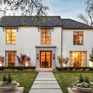 Свежая идея для дизайна: двухэтажный, бежевый дом в стиле современная классика с облицовкой из цементной штукатурки - отличное фото интерьера