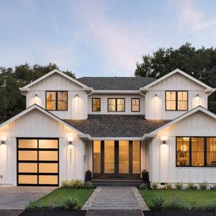 Idéer för att renovera ett stort lantligt vitt hus, med två våningar, fiberplattor i betong, sadeltak och tak i shingel