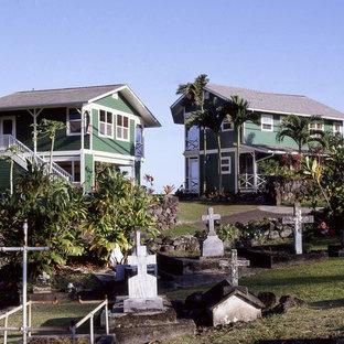 Imagen de fachada verde, exótica, de tamaño medio, de dos plantas