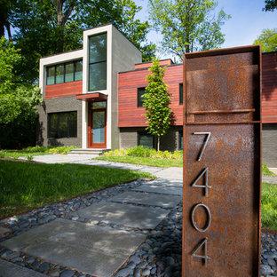 Ispirazione per la facciata di una casa unifamiliare grande marrone contemporanea a due piani con rivestimenti misti e tetto piano
