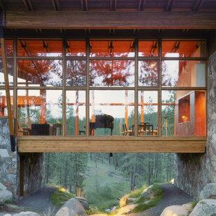 Modern inredning av ett hus, med glasfasad