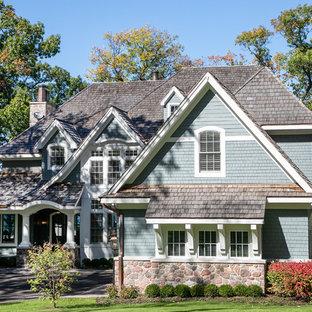 Idee per la facciata di una casa unifamiliare grande blu stile marinaro a due piani con rivestimento in legno, tetto a capanna e copertura a scandole
