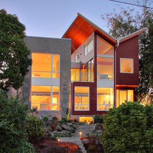 Стильный дизайн: двухэтажный, красный дом в современном стиле с комбинированной облицовкой и крышей-бабочкой - последний тренд