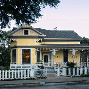 Idées déco pour une façade de maison jaune victorienne.
