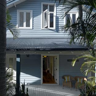 Ejemplo de fachada azul, costera, de tamaño medio, de dos plantas, con revestimiento de madera