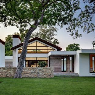 Exempel på ett modernt vitt hus, med allt i ett plan och sadeltak