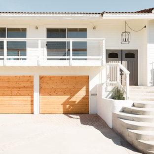 サンディエゴのエクレクティックスタイルのおしゃれな家の外観の写真