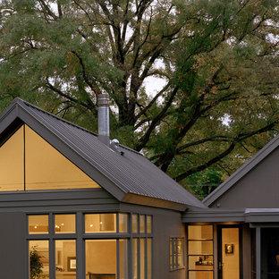Ejemplo de fachada clásica renovada, de una planta, con tejado a dos aguas