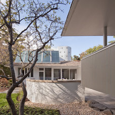 Midcentury Exterior by Kipnis Architecture + Planning
