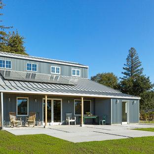 Ejemplo de fachada de casa gris, campestre, de dos plantas, con revestimiento de metal, tejado a dos aguas y tejado de metal