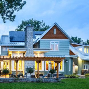 Diseño de fachada de casa verde, de estilo de casa de campo, de tamaño medio, de dos plantas, con revestimiento de madera y tejado a dos aguas