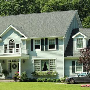 Imagen de fachada verde, tradicional, grande, de dos plantas, con revestimiento de piedra