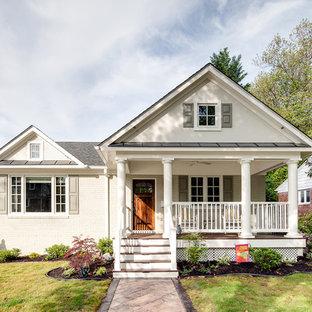 Esempio della facciata di una casa piccola bianca classica a due piani con rivestimento in mattoni