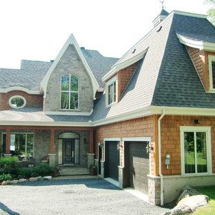Foto de fachada de casa naranja, rural, de dos plantas, con revestimiento de madera y tejado de teja de madera