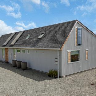 Modelo de fachada de casa marrón, urbana, grande, de una planta, con revestimiento de madera, tejado a dos aguas y tejado de teja de barro