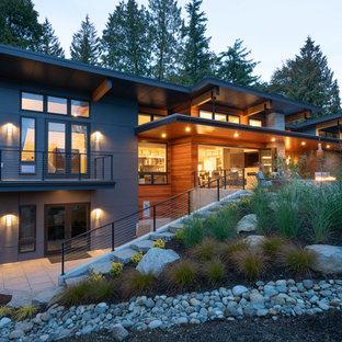 Zweistöckiges, Graues Modernes Einfamilienhaus mit Faserzement-Fassade, Pultdach und Blechdach in Seattle