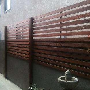 Idee per la facciata di una casa piccola moderna con rivestimento in legno