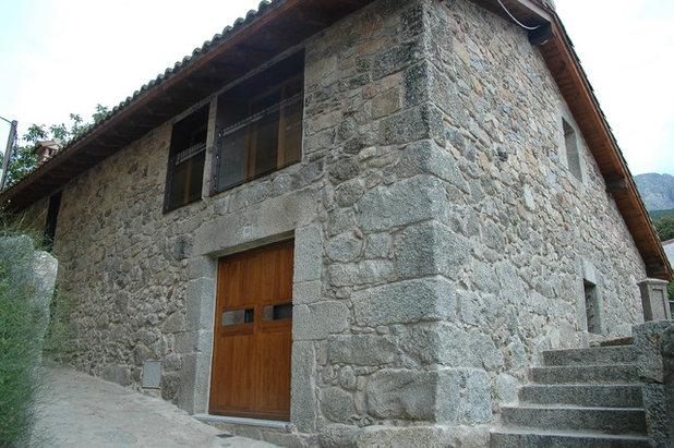 Rustic Exterior by Huidobro-Martin arquitectos