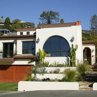 Mittelgroßes, Dreistöckiges, Weißes Mediterranes Haus mit Putzfassade und Flachdach in Orange County